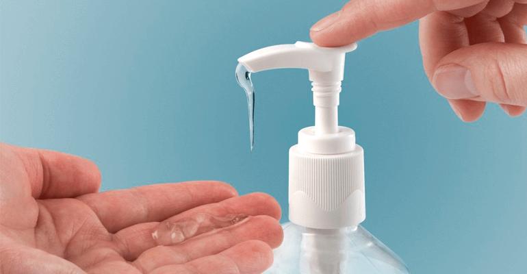 pessoa aplicando álcool em gel nas mãos - coronavírus