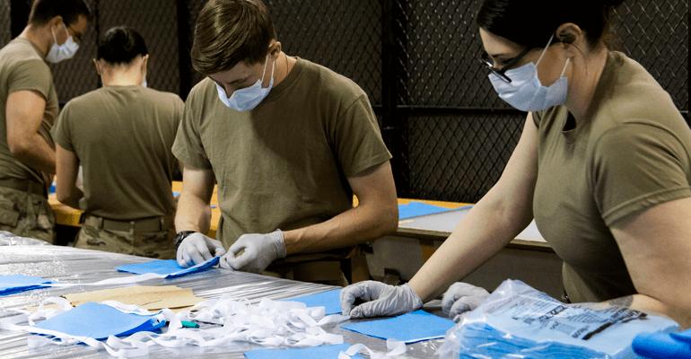 Soldados fabricando máscaras contra o coronavírus