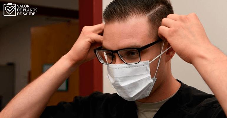 Homem colocando máscara de proteção contra o coronavírus