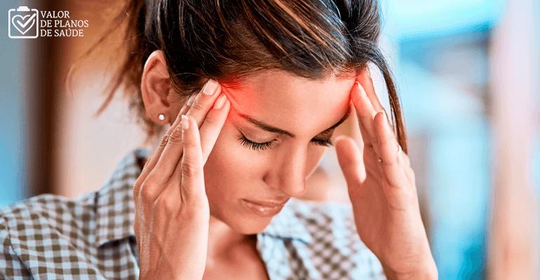 Mulher com dor de cabeça - aneurisma cerebral
