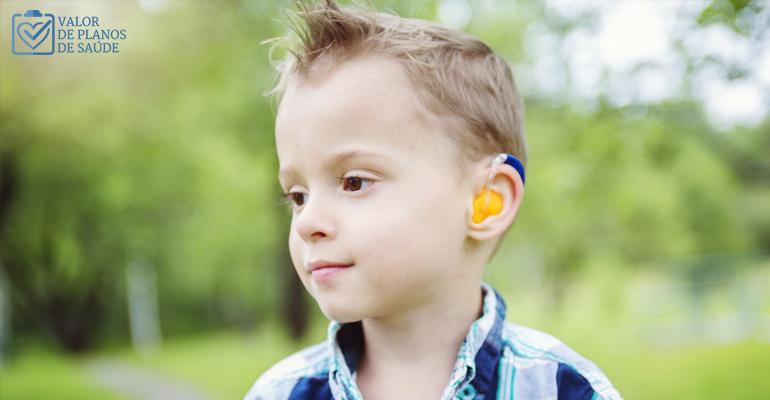 Menino com aparelho auditivo - deficiência auditiva