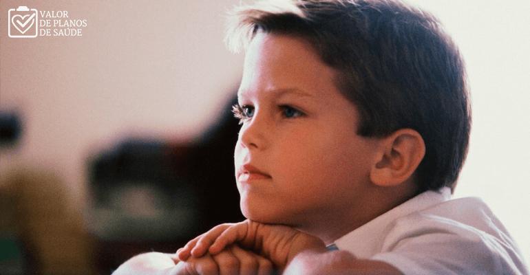 Garoto pensativo na escola - dislexia