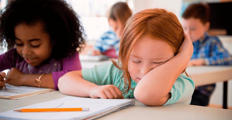 garota dormindo na escola - dislexia