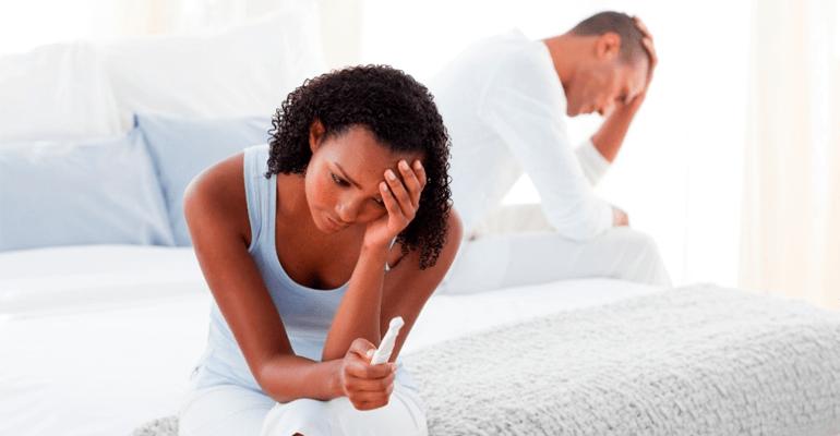 Casal frustrado com a infertilidade