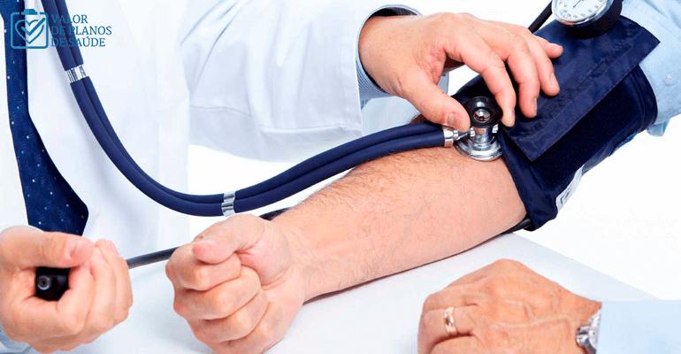 Médico medindo a pressão de paciente - exames de rotina