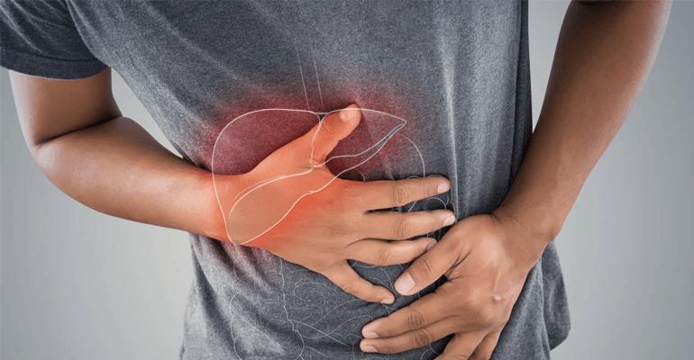 Homem com dor na barriga - hepatites virais